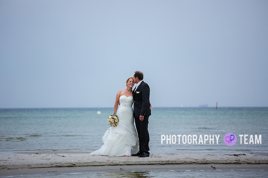Brautpaarfotos am Ostseestrand, Strandfotos, Brautpaar am Strand