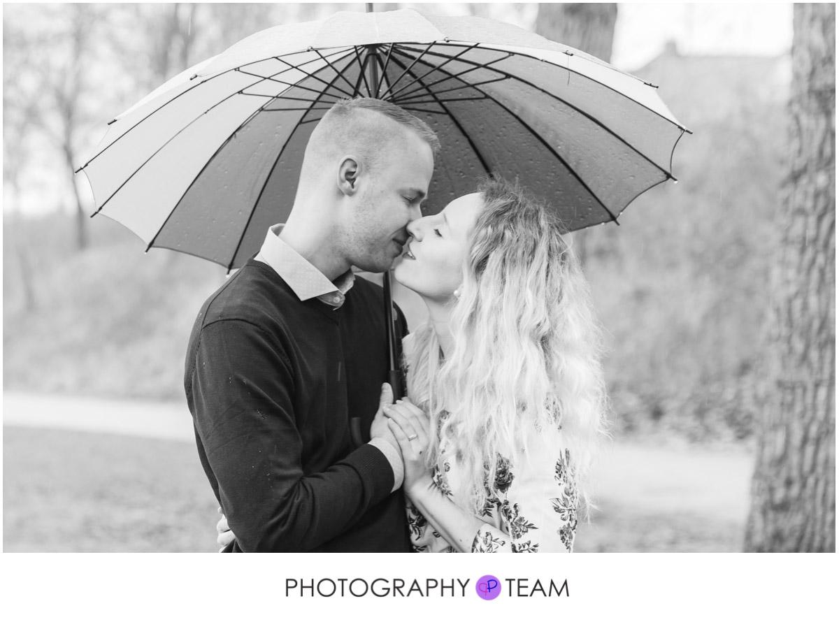 Paar-Shooting im Regen