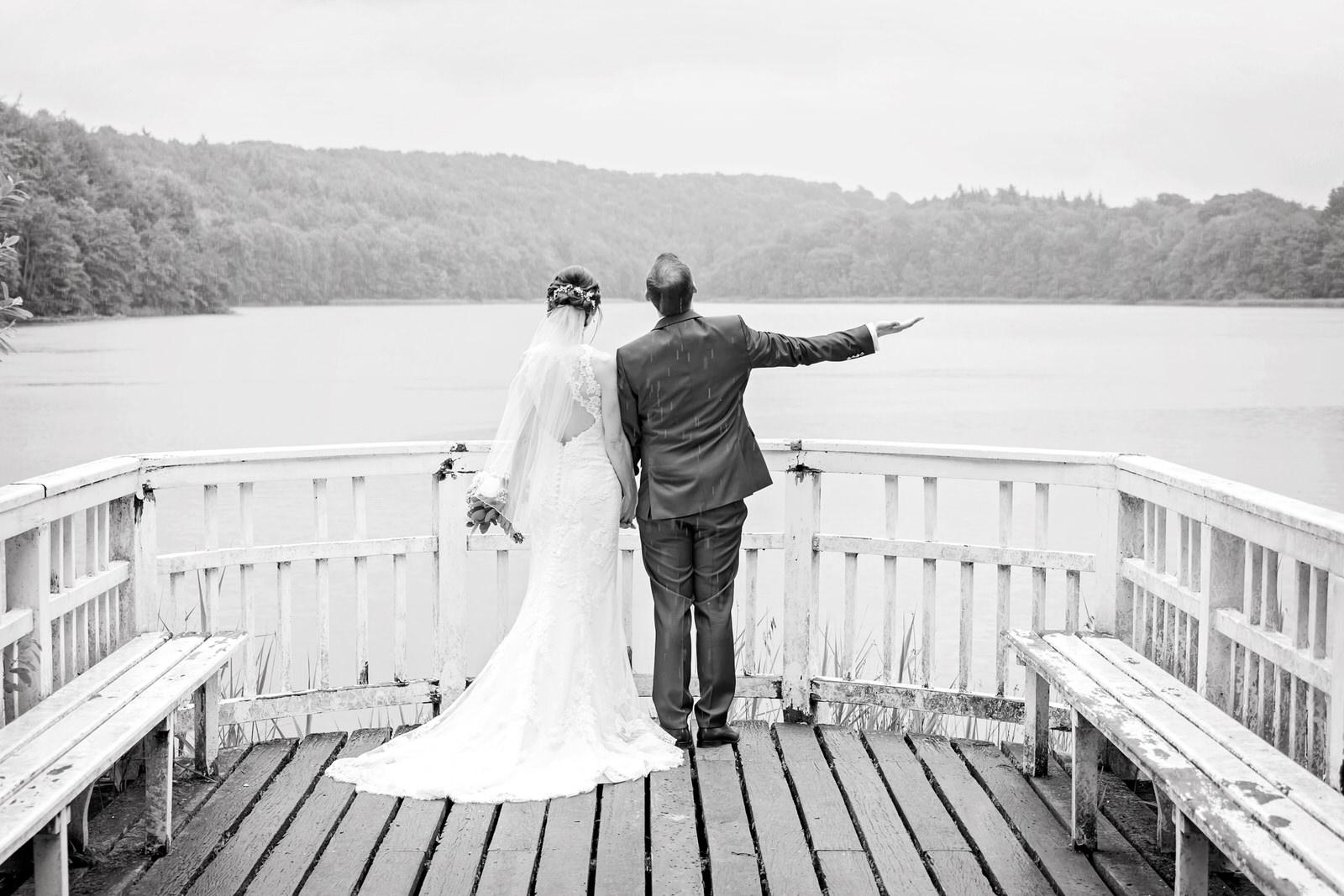 Brautpaar im Regen am Ukleisee